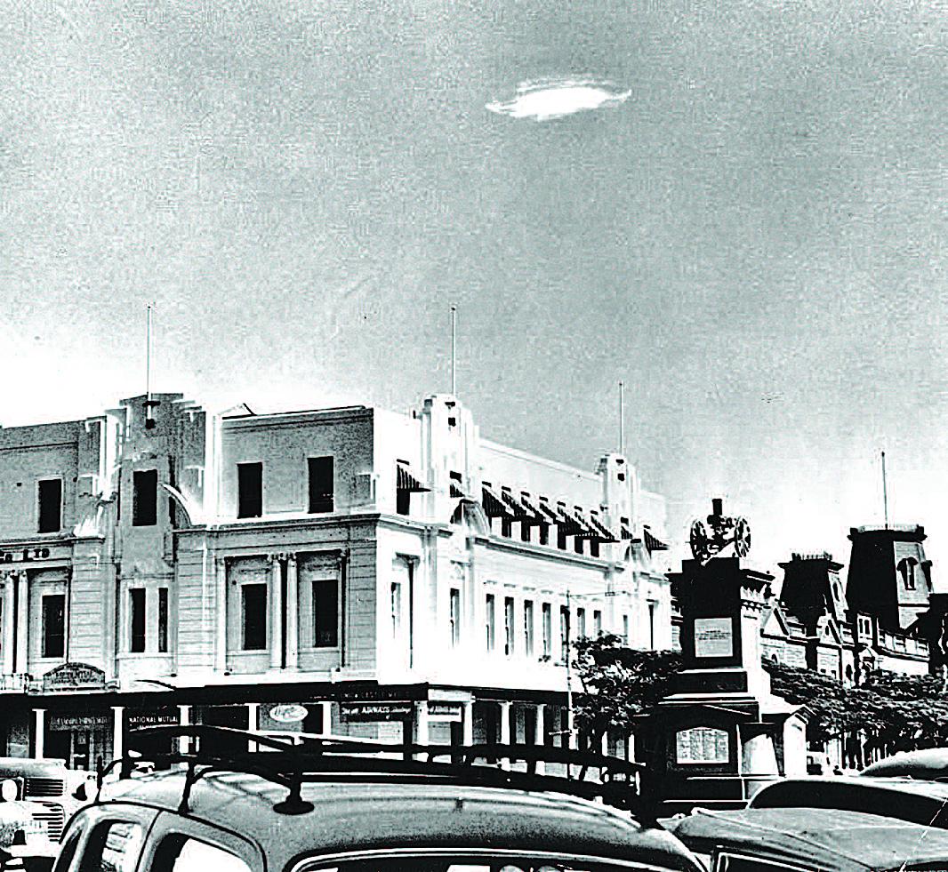 1953年12月29日,在津巴布韋南羅德西亞上空的一個不明飛行物體(UFO)。 (Barney Wayne / Keystone / Getty Images)