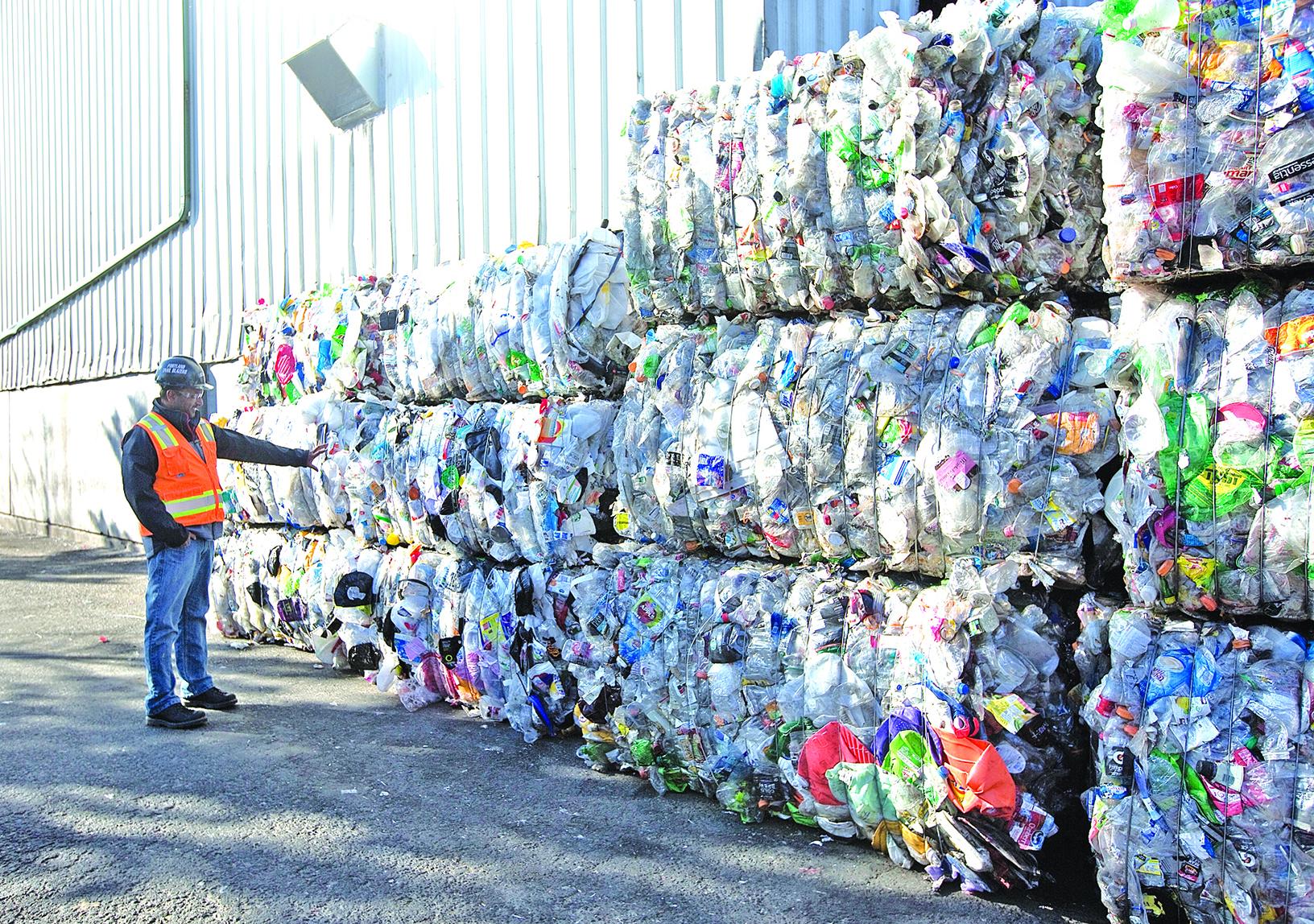 俄勒岡一家垃圾回收廠的壓縮塑料垃圾目前沒有了「去處」。(Getty Images)
