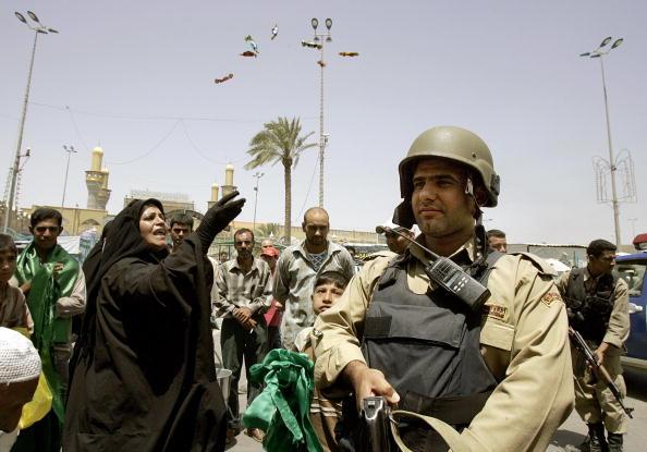 圖為伊拉克總理馬里奇宣佈IS頭目扎卡維被美軍炸死的消息後,一些伊拉克居民上街慶祝。(AFP)