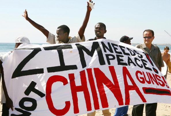 圖為2008年非洲南部國家的工會、教會和人權領袖一致反對中共軍火船「安岳江號」(An Yue Jiang)靠岸 。(RAJESH JANTILAL/AFP/Getty Images)