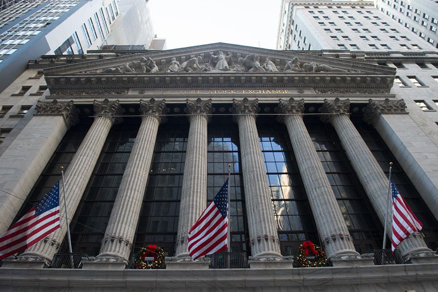 周三(1月3日),美國股市齊上揚,三大指數創下收市新高。標準普爾500指數首次突破2700點。圖為2018年1月2日的紐約聯交所。(BRYAN R. SMITH/AFP/Getty Images)