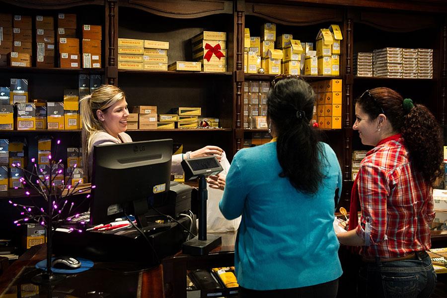 在古巴國營雪茄門市有國家公定的價格,但門外卻有很多人在賣雪茄,圖為雪茄販售店家。(ADALBERTO ROQUE/AFP/Getty Images)