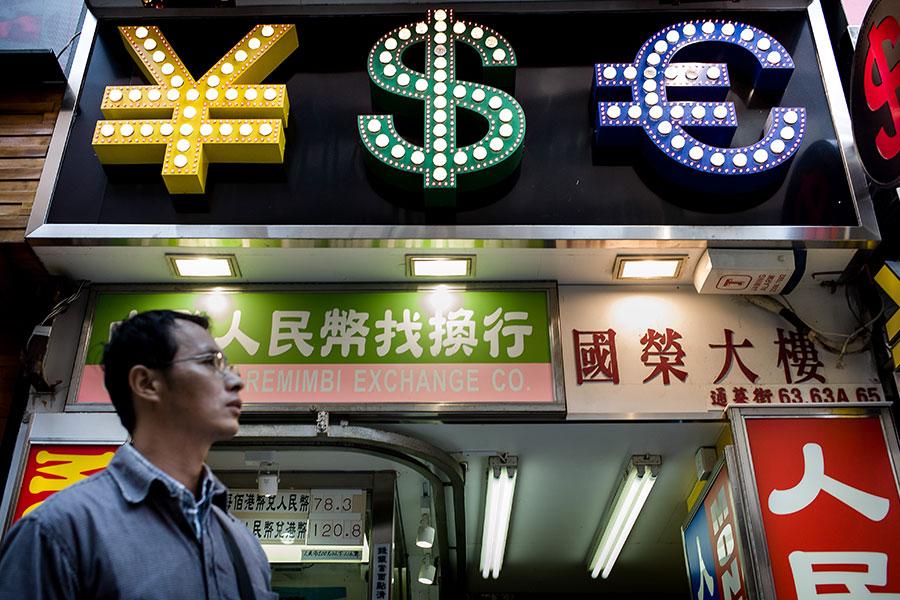 金融早已變成五鬼搬運,錢往權貴口袋流,造成貧富差距與低薪的遊戲工具。(AFP PHOTO / Philippe Lopez)