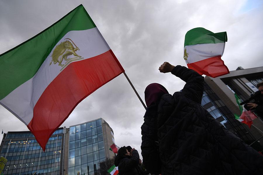 一周以來,抗議活動衝擊伊朗,造成至少21人死亡、450人被捕。抗議從德黑蘭蔓延到全國城市。(EMMANUEL DUNAND/AFP/Getty Images)