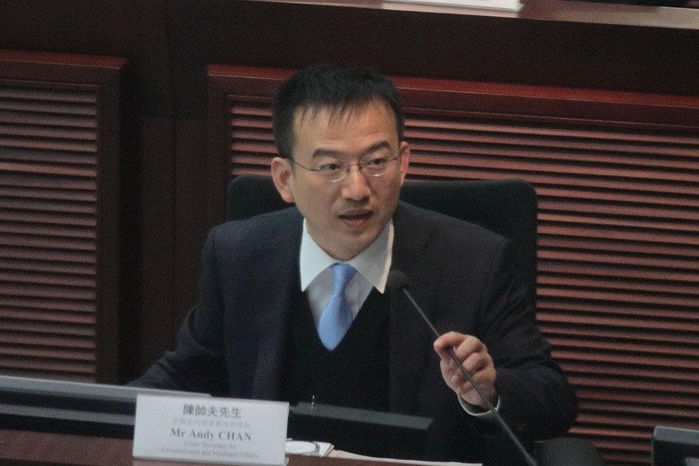陳帥夫表示,今次補選參選人需簽署確認書,確認書是選舉主任決定報名者是否符合參選資格的考慮因素之一。(蔡雯文/大紀元)