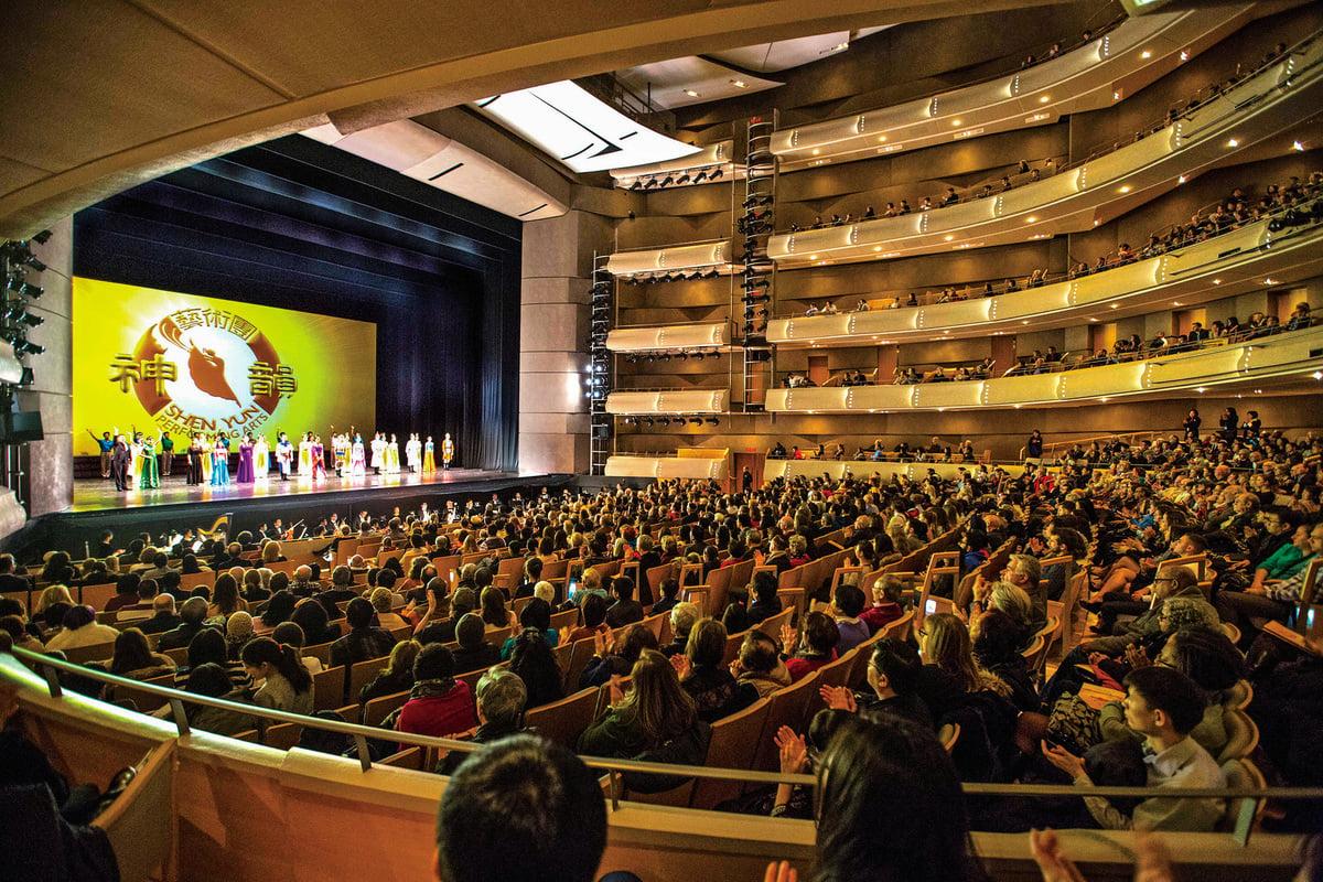 神韻紐約藝術團在加拿大多倫多四季表演藝術中心(Four Seasons Centre for the Performing Arts)的首場演出。