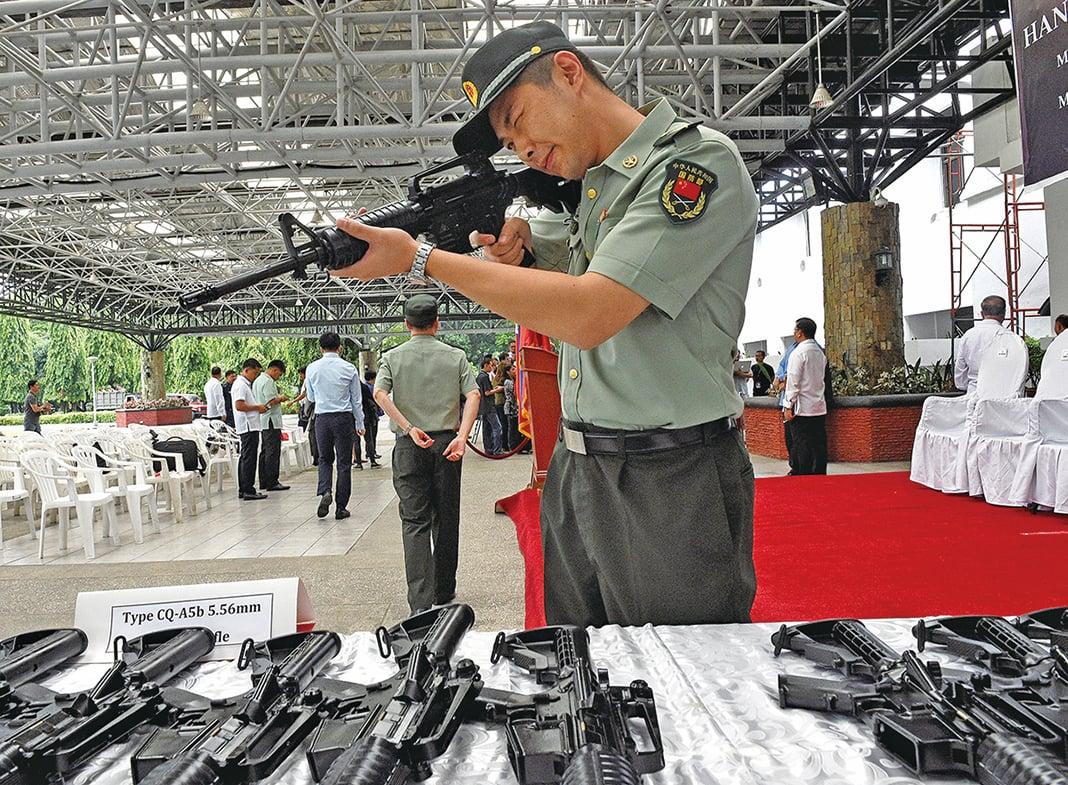 █IS的武器有43.5%是中國製。圖為中國製的CQ-A5b 突擊步槍。(AFP)