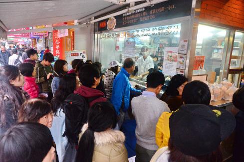 以上海生煎包馳名,而獲《米芝蓮飲食指南》推薦祥興記荃灣店因貴租結業,27日最後一日營業,門口排滿慕名而來的食客。(宋祥龍/大紀元)