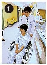 金女士坐著輪椅進來醫院。