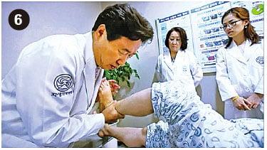 在施針的情況下讓她用力向下踩,刺激小腿的神經,打通血脈,激發自生力
