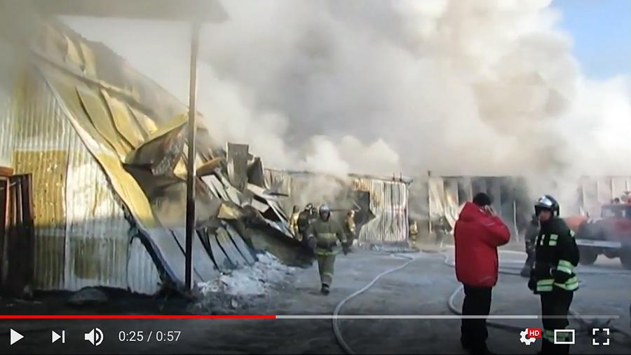 周四早上,俄羅斯新西伯利亞市一間鞋廠發生大火,目前已造成至少10人死亡,當中7人為中國人。(視像擷圖)
