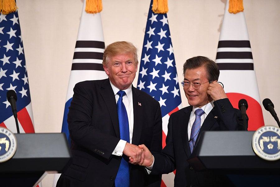 圖為美國總統特朗普(左)與南韓總統文在寅(右)去年在峰會上會晤。(JIM WATSON/AFP/Getty Images)