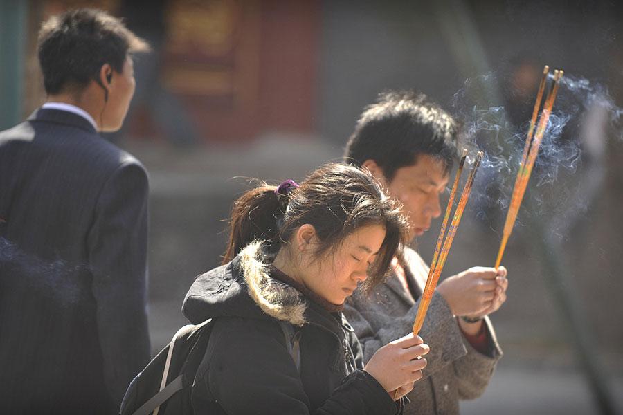 周四,中共及其它9個國家因存在嚴重的宗教迫害問題,被美國國務院列為「特別關注國」。圖為一名中共便衣警察在寺廟中巡視。(PETER PARKS/AFP/Getty Images)