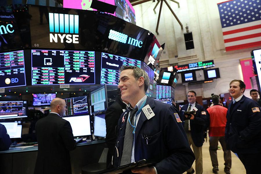 美國股市新年開市不久就傳來好消息,周四(1月4日)上午,道瓊斯工業指數一舉突破25,000點。(Spencer Platt/Getty Images)