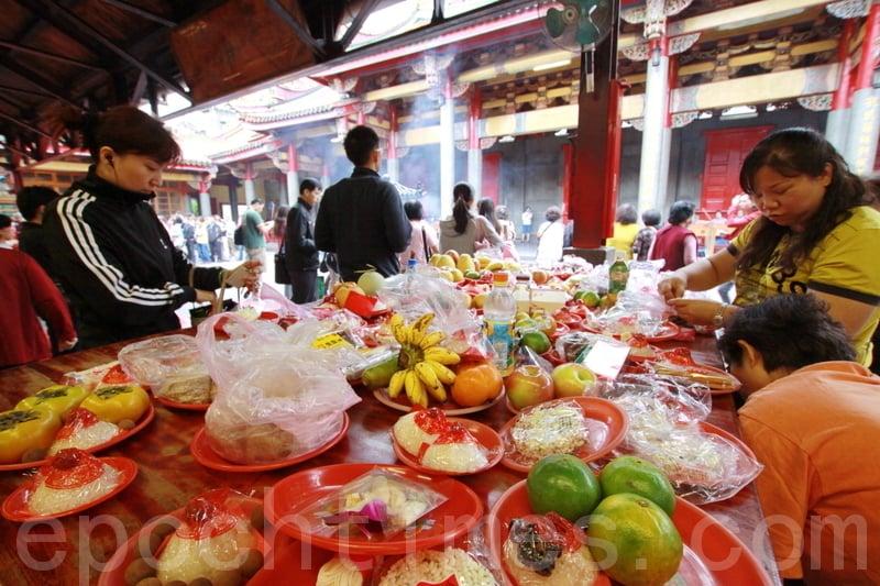 黃曆臘月初八,遠在中國上古時代就舉行祭祀祖先和神靈、祈求豐收吉祥的大祭。圖為台北行天宮的祭祀。(林伯東/大紀元)