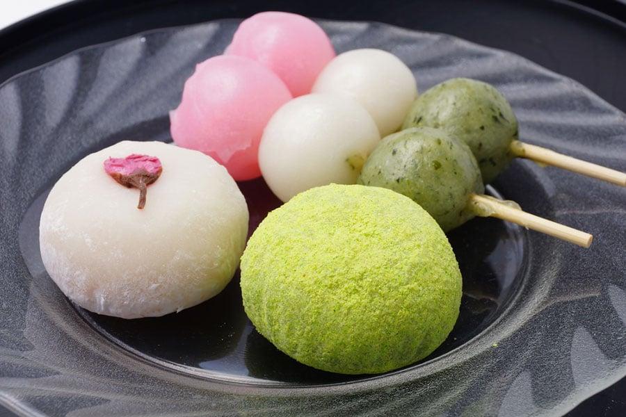 冬季食用麻糬、年糕等黏米製作的食物很相宜,有保暖的作用。(Shutterstock)
