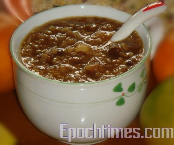 一碗熱呼呼的臘八粥蘊藏豐富的營養,具有暖身補胃的作用。(彩霞/大紀元)