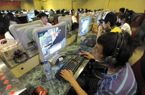 《今日頭條》近日增聘2,000名「內容審核編輯」。新公民運動網編輯林雲飛表示,近期大陸的政治經濟危機讓中共極度不安,這是一種典型的飲鴆止渴。圖為網民在北京的一個網吧上網。(AFP)