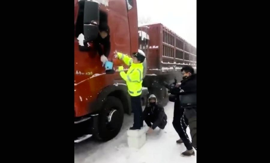 中共交警演繹「雪中送炭」 造假片段引熱議