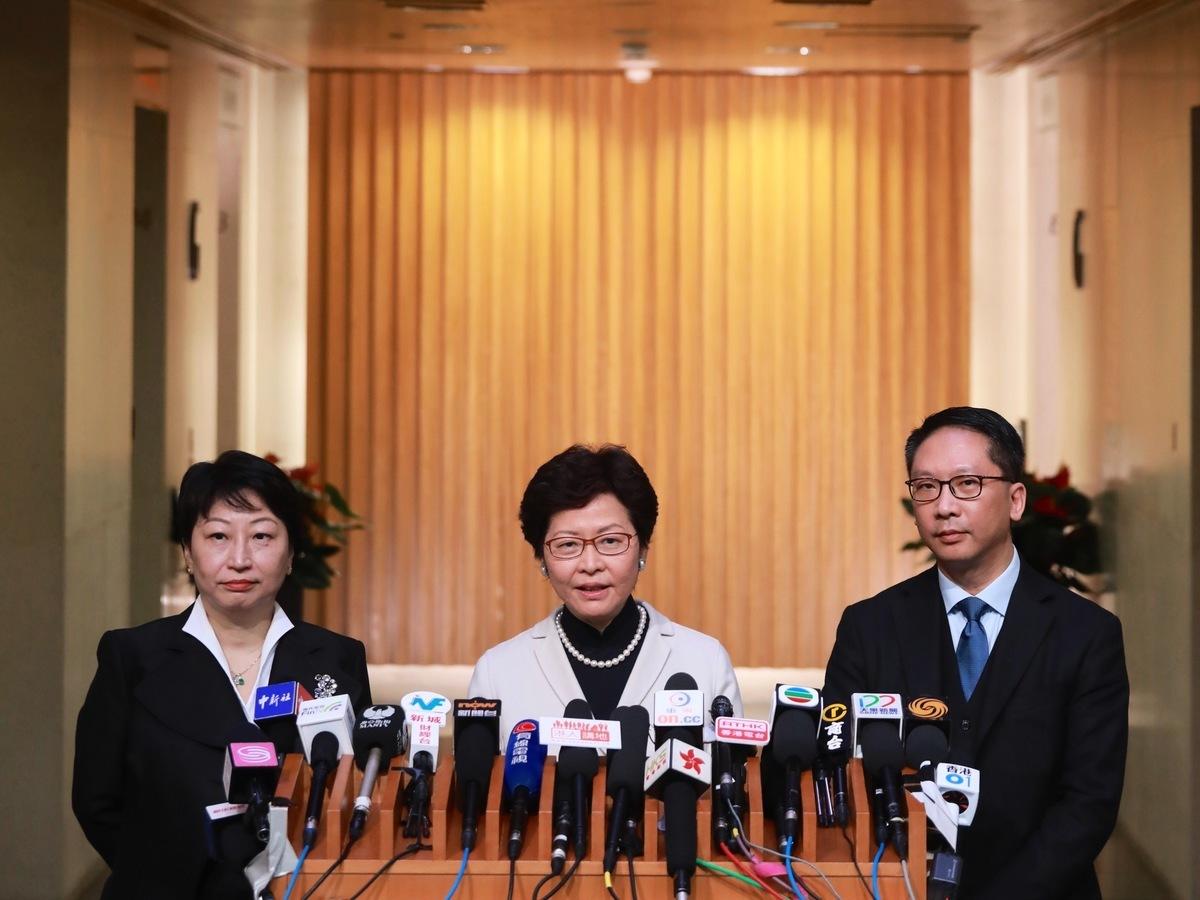 中共國務院星期五宣佈依香港特首林鄭月娥(中)建議,免去袁國強(右)律政司司長職務,任命鄭若驊(左)星期六起擔任律政司司長。(政府新聞處)