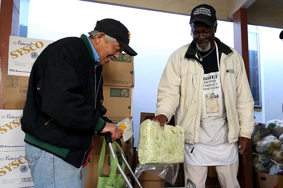 自從特朗普就任美國總統之後,道瓊斯工業平均指數攀升到25,000點,失業人數也下降。另外一個有趣的事實是:領取食品券的人下降了200萬。(Justin Sullivan/Getty Images)