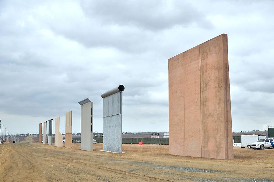 據特朗普政府提供給國會的一份文件,美國計劃未來十年,修築將近1,000英里美墨邊境牆,所需預算總計180億美元。圖為去年10月完成的樣本牆。(FREDERIC J. BROWN/AFP/Getty Images)