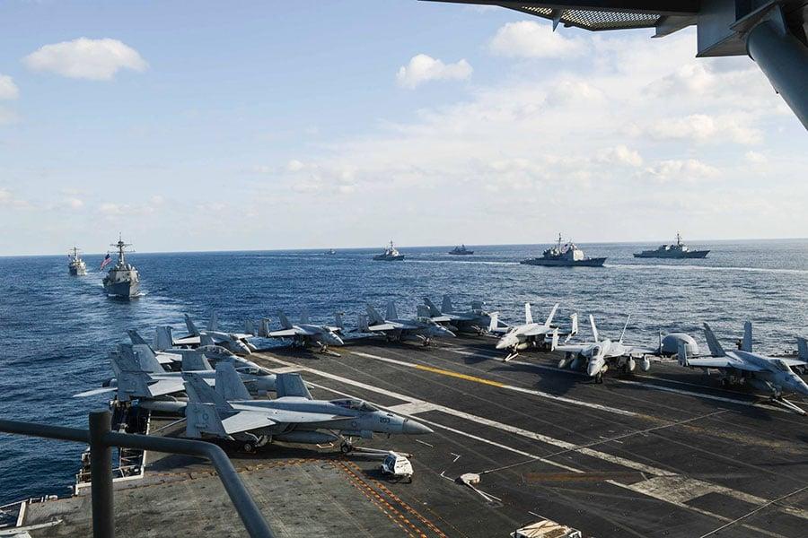 從部署在日本的航空母艦列根號(USS CVN76)上觀看艦隊及艦載戰鬥機。(列根號Facebook)