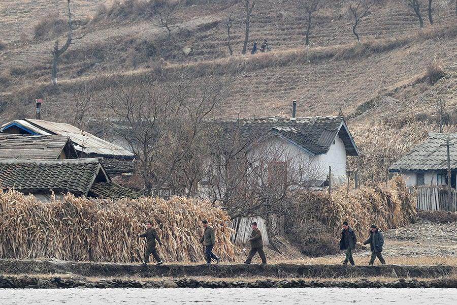 自由亞洲電台報道說,有越來越多的北韓年輕人對生活不滿,希望其父母能出錢幫助他們逃出該國。圖為鴨綠江沿岸的北韓居民。(FREDERIC J. BROWN/AFP/Getty Images)