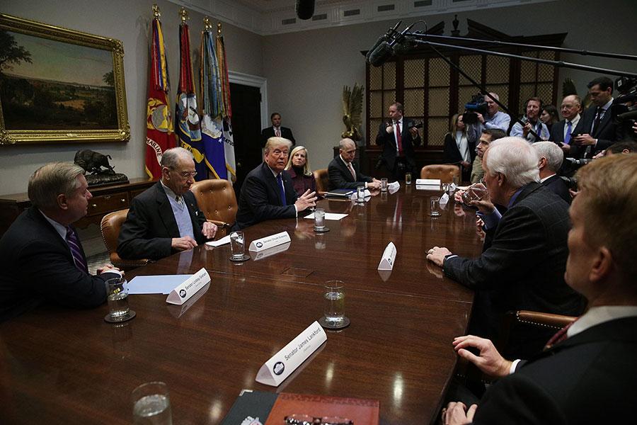周四,美國總統特朗普和副總統彭斯(Mike Pence)及共和黨國會議員,在白宮討論移民問題。(Alex Wong/Getty Images)