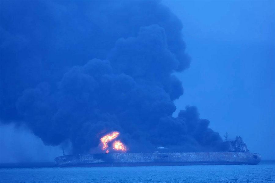 巴拿馬籍油船與中國貨船週六發生碰撞。巴拿馬油船陷入火海,32名船員全數失蹤。(網絡圖片)