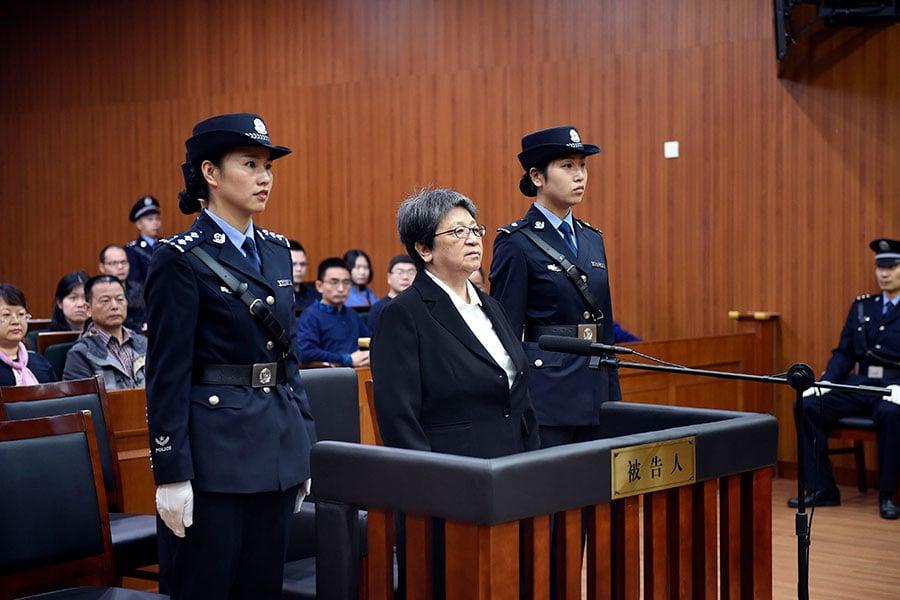 被中國「紅色通緝令」列為頭號通緝犯的前溫州市副市長楊秀珠2017年10月13日受審。(大紀元資料室)