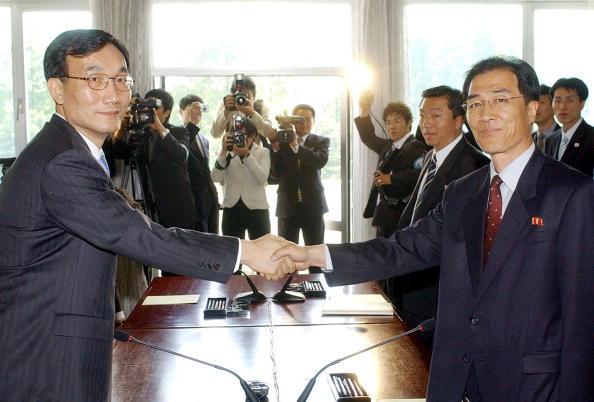 圖為南韓統一部次官副部長李鳳朝(左)和北韓祖國和平統一委員會書記局副局長金萬吉,於2016年4月19日晚在北韓邊界城市開城紫南山飯店閉幕的兩韓副部長級會談中。(AFP/Getty Images)
