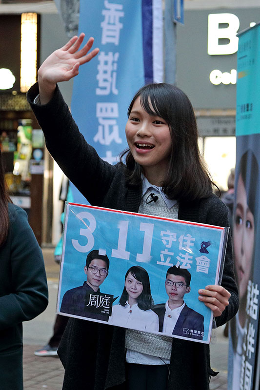 有意出戰港島區補選的香港眾志周庭在灣仔舉行街站造勢,獲多位民主派立法會議員到場支持。(大紀元/李逸)