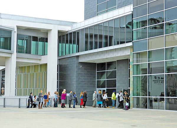 當地時間1月6日下午,德州奧斯汀的朗氏表演藝術中心門前觀眾排隊入場。(林南宇/大紀元)