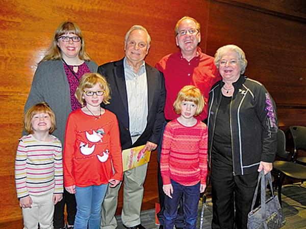 Derrick(後排右二)一家七口在奧斯汀朗氏表演藝術中心觀看了神韻北美藝術團的精彩演出。(林南宇/大紀元)