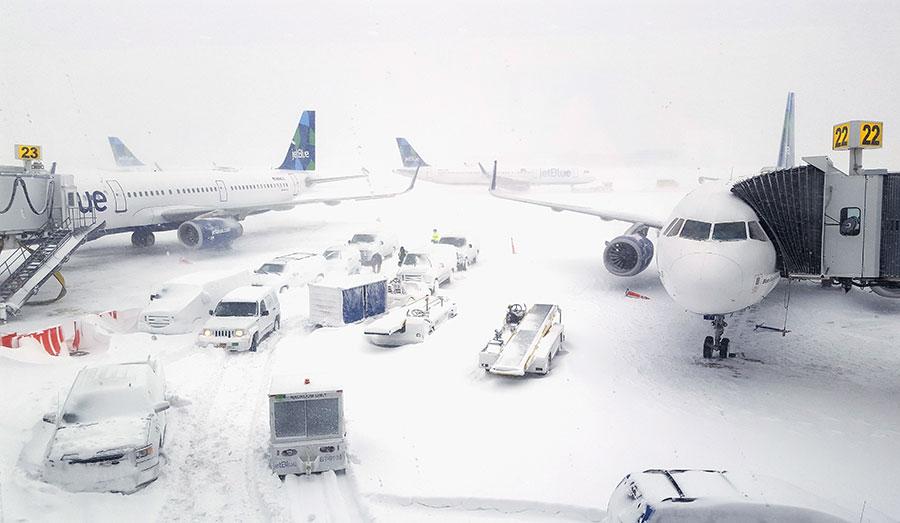 紐約甘迺迪機場是美國最大的機場之一,冬季風暴影響造成該機場航班延誤,乘客在飛機上滯留長達20個小時。(Rebecca Butala How/Getty Images)