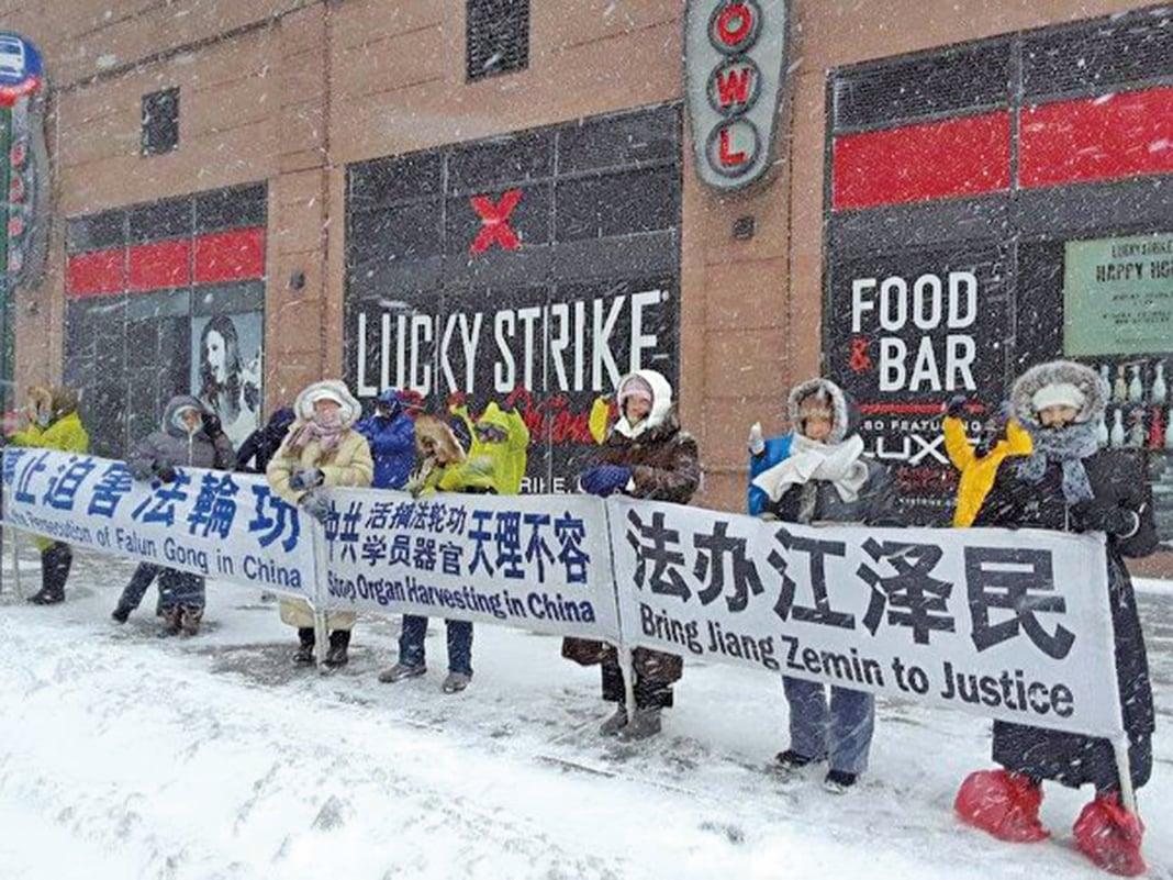 法輪功學員風雪無阻,堅持在中國駐紐約總領館前講真相。(法輪功學員提供)