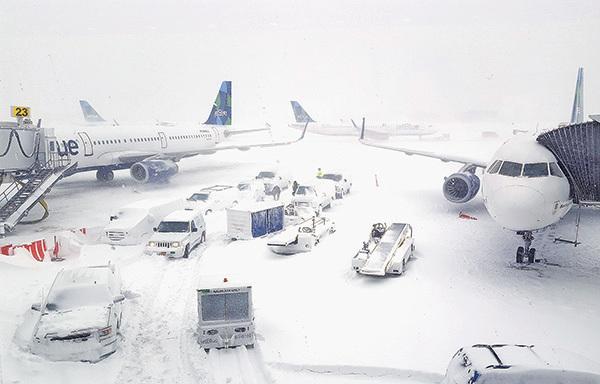 紐約甘迺迪機場是美國最大的機場之一,冬季風暴影響造成該機場航班延誤,乘客在飛機上滯留長達20個小時。(Getty Images)