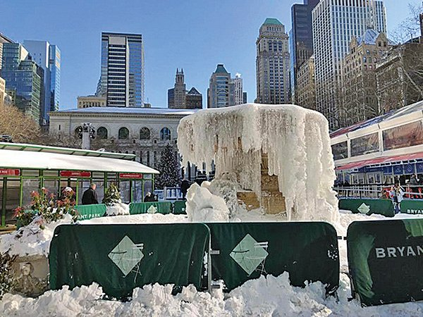 紐約市連續10餘天天寒地凍,圖為曼克頓中城布萊恩特公園噴水池結凍。(中央社)