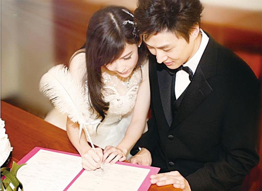 周慧敏曬倚著丈夫簽字的甜蜜婚照。(周慧敏臉書)