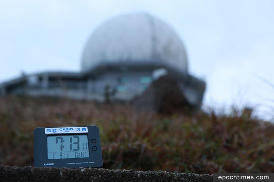 在上午7時13分,本報記者在近山頂位置實測,電子溫度計顯示只有0.2度。(陳仲明/大紀元)