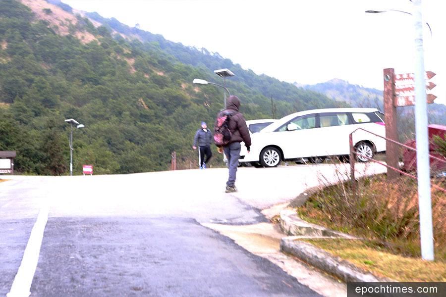 早上八時半許,陸續有市民驅車來到大帽山觀景台,感受一下寒冷天氣。(陳仲明/大紀元)