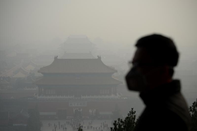 今天,十多億大陸百姓以健康、安全、幸福、道德甚至生命為代價,為無盡亂象埋單。圖為2016年11月4日的北京,空氣污染嚴重。(WANG ZHAO/AFP)