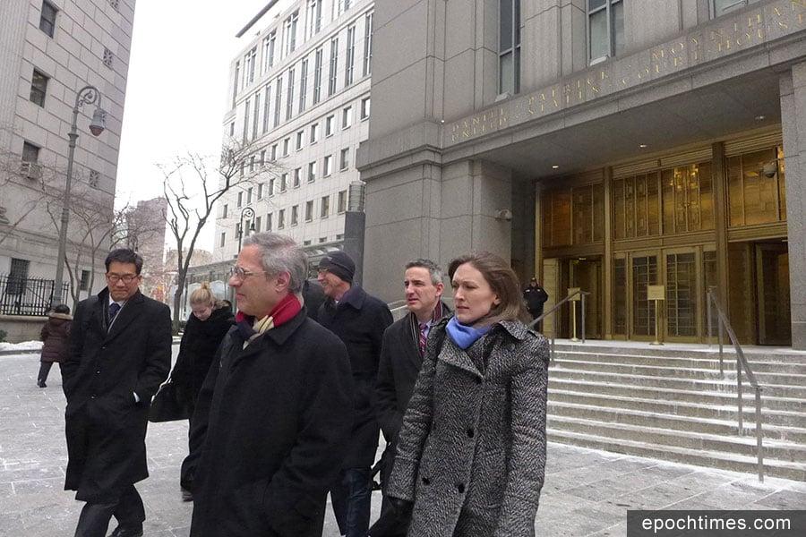 法庭聆訊後,何志平的代表律師團隊離開法庭。左一為他的首席韓裔律師Edward Y. Kim。(蔡溶/大紀元)