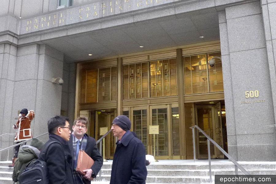 何志平的三名代表律師Edward Y. Kim(左)、Jonathan F. Bolz(中)、Paul M. Krieger(右)昨天法庭聆訊結束後,在法庭外交談。(蔡溶/大紀元)