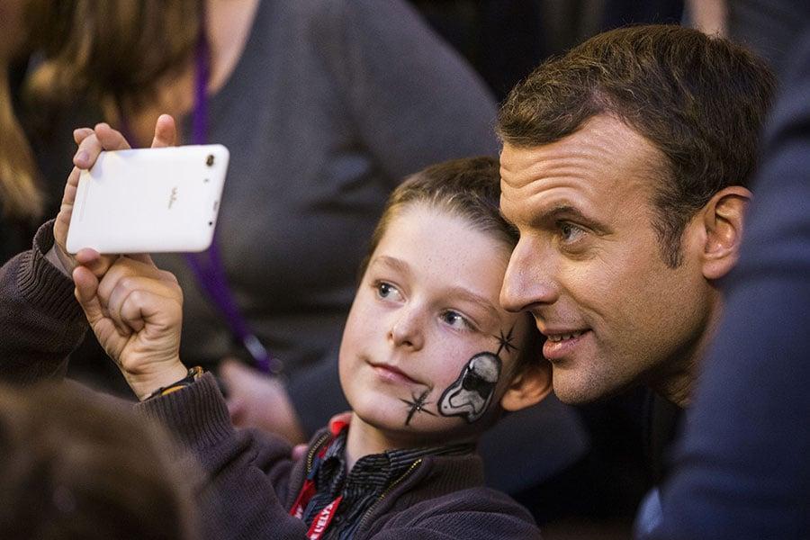 蘋果的兩個主要投資者敦促iPhone製造商採取行動,遏制兒童越來越嚴重的玩手機上癮問題,凸顯了人們越來越擔憂手機和社交媒體對年輕人的影響。(ETIENNE LAURENT/AFP/Getty Images)