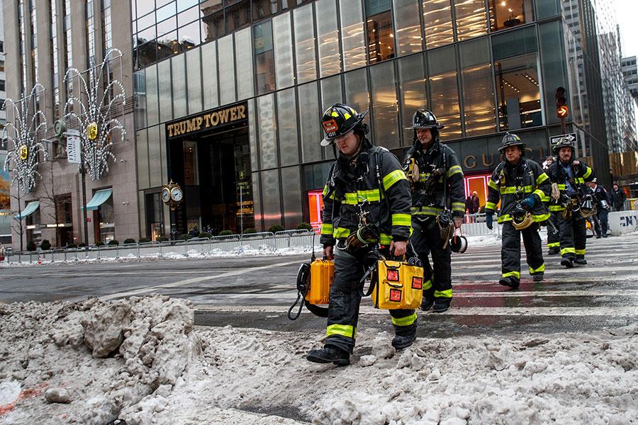 美東時間周一(1月8日)上午7點左右,位於紐約市中心的特朗普大廈的屋頂著火,冒出濃煙,超過100名消防隊員趕到現場滅火。(Drew Angerer/Getty Images)