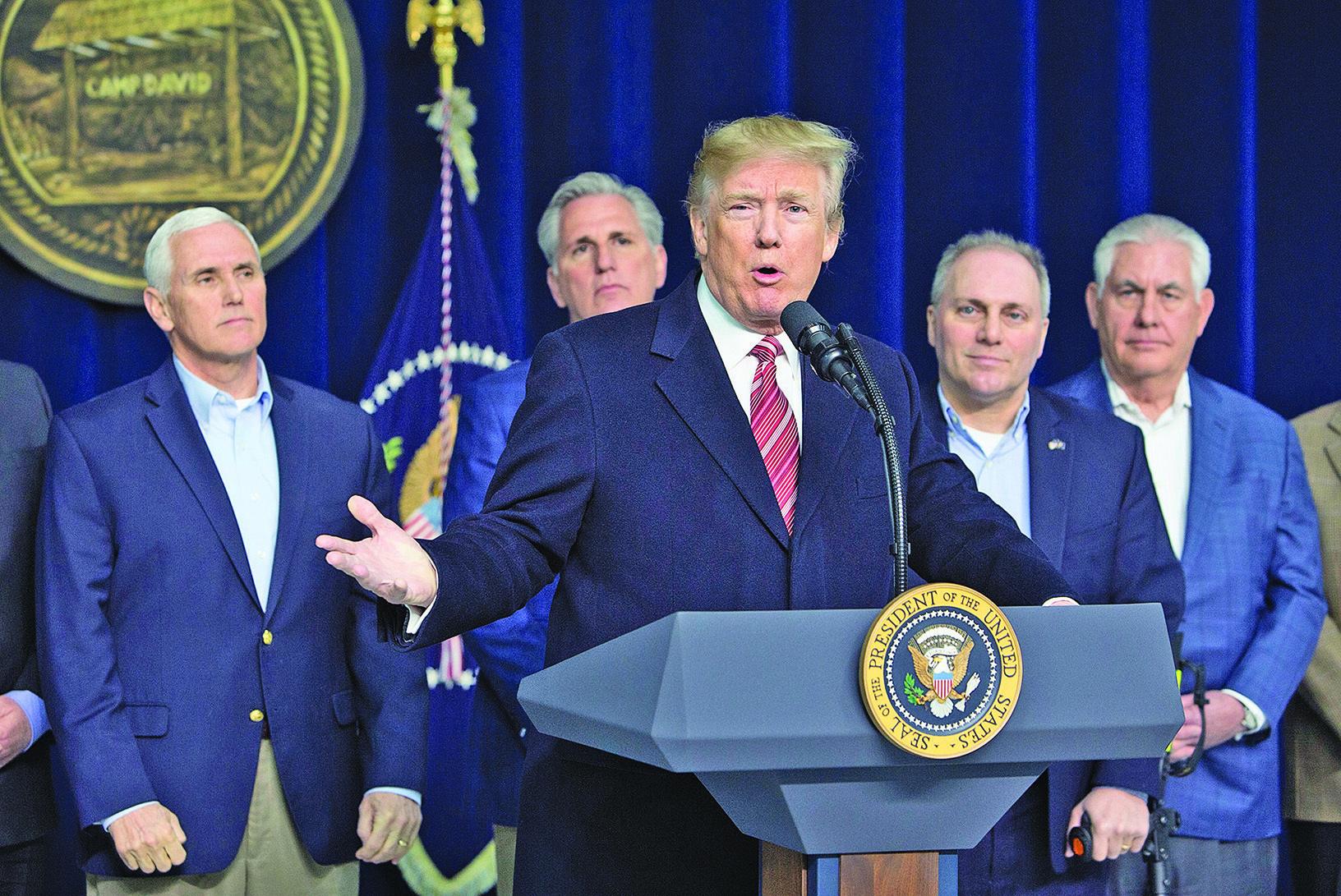 特朗普(中)星期六在大衛營新聞發佈會上說明2018年施政重點。(Getty  Images)