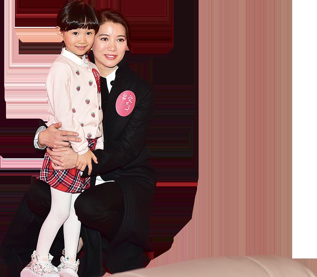 影后袁詠儀與6歲小演員Mia拍攝宣傳片《愛在當下》合照。(郭威利/大紀元)