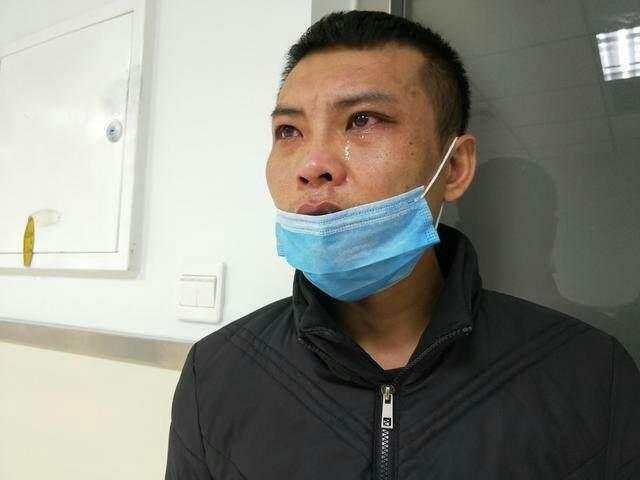湖南8歲女童,因無錢治病自拔氧氣管離世,最後時刻對父母說謝謝。圖為痛哭的父親。(網絡圖片)